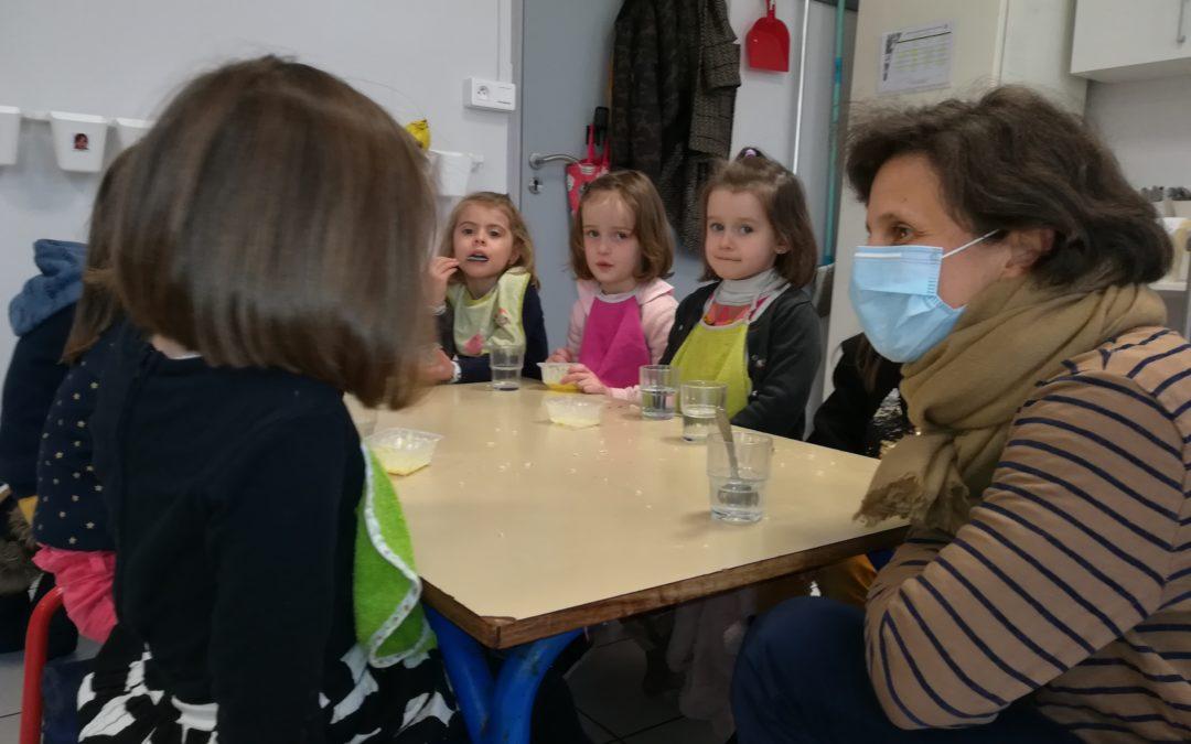 L'APEL vient déjeuner avec les enfants de la PS au CP